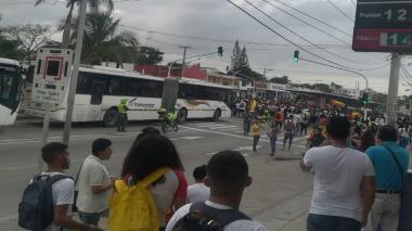 Transmetro suspende operación por manifestación de estudiantes