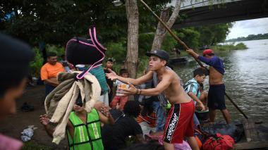 México abre su frontera a mujeres y niños de caravana migrante de hondureños