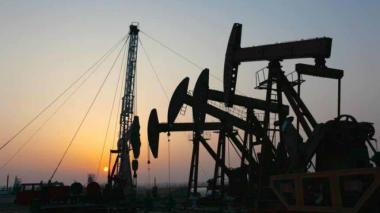 Caen precios del petróleo y el dólar sube a $3.110,22
