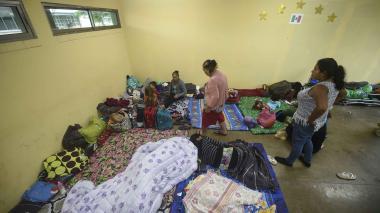 La gente permanece en un refugio en Escuinapa.
