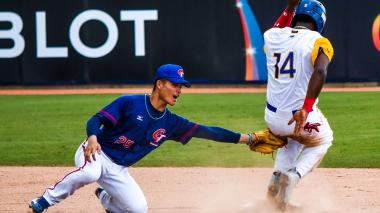 El segunda base de China Taipéi Li Kai-Wei toca a Leandro Emiliany y lo saca de circulación.