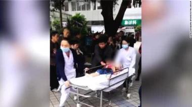 Menor siendo ingresado a un centro asistencial en China.