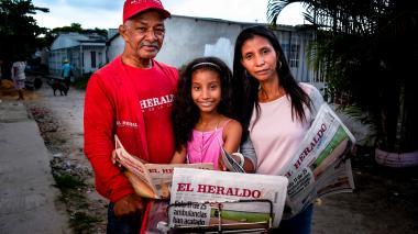 Tres generaciones de lectores de EL HERALDO en esta foto: Javier Díaz, su hija Lina y su nieta Ámbar Ordosgoitia.