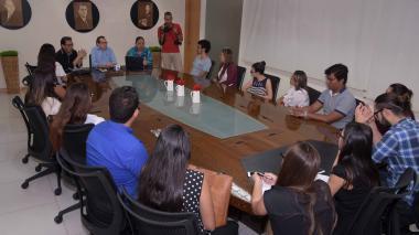 Jooaquín Mattos, tallerista de la Escuela Olguita Emiliani, explica a un grupo de estudiantes conceptos de gramática, redacción y producción periodística.