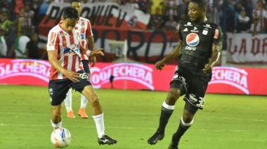 Sambueza controla el balón con la marca de Avimeleth.