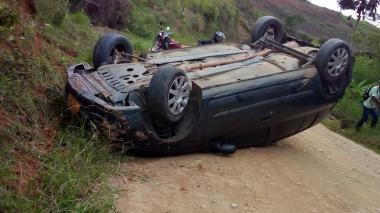 El vehículo que conducía el docente terminó volcado sobre la vía.