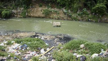 En La Pradera exigen solución a descargas directas al arroyo León