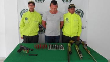 Lo capturan en flagrancia con un arsenal en su casa de Juan de Acosta