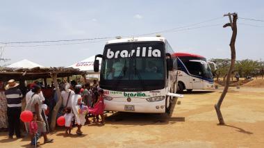 : El bus-consultorio de la Fundación Expreso Brasilia durante la brigada realizada en Uribia, La Guajira.
