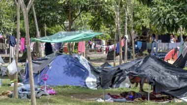 Las 60 familias del parque Metropolitano residen, la gran mayoría, en carpas de distintos tamaños.