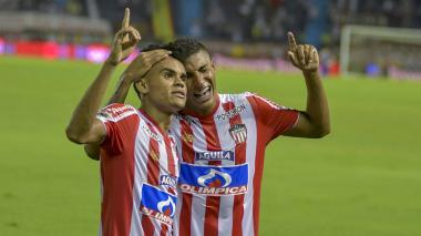 Fuentes se abraza con Díaz para celebrar un tanto.
