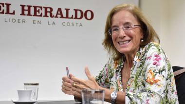 La periodista y columnista Salud Hernández durante su charla en EL HERALDO.