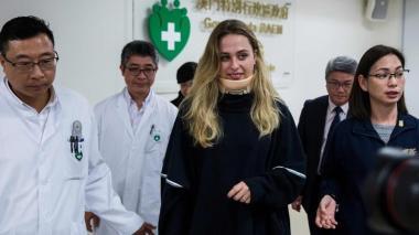 Sophia Flörsch al salir del hospital en Macao.