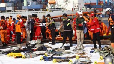 Organismos de socorro durante el rescate de cuerpos y restos de la aeronave accidentada.