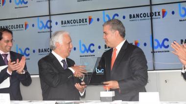 Mario Suárez, presidente de Bancóldex, y el presidente Iván Duque en la emsión.