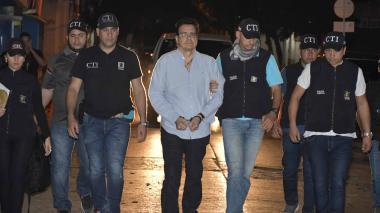 El exrector de la Uniautónoma Ramsés Vargas camina custodiado por el CTI tras su captura en Cartagena.