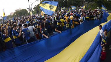 Con banderazo, hinchas xeneizes despiden a Boca antes de partir a Madrid