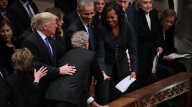 En video | El dulce gesto de George W. Bush con Michelle Obama durante el funeral de su padre