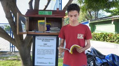 Carlos Camargo, estudiante de la Universidad del Atlántico, disfruta de un libro en el parque El Carmen.