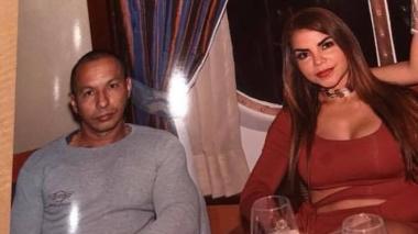 John Albert Builes Gutiérrez, alias 'John Pistola', junto a su pareja Nini Johana Arrieta Castillo, conocida como la 'Chica Plástica'.