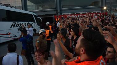 Junior llega escoltado a un Arena da Baixada abarrotado por hinchas rivales