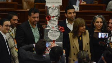 León Fredy Muñoz (izquierda) durante la plenaria del Senado.