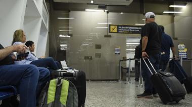Pasajeros esperando la llegada del Boeing 737–500 que los llevaría hasta la capital venezolana.