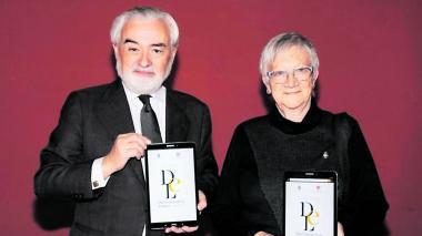 El director de la RAE, Darío Villanueva, y la académica Paz Battaner presentan en una tableta la vigesimotercera edición del Diccionario de la lengua española en línea.