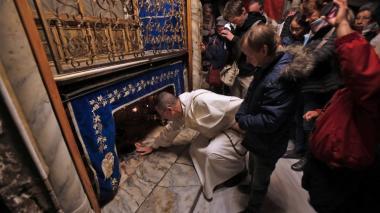 Peregrinos contemplan el lugar exacto donde habría nacido Jesús.