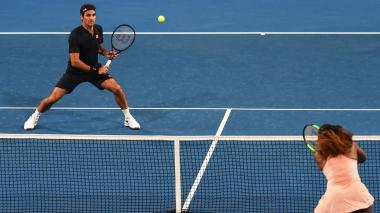 Roger Federer y Serena Williams en medio del partido.