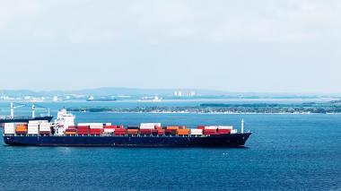 Buque azul llegando con diferentes contenedores al puerto de  la ciudad de Cartagena.