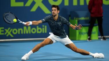 Djokovic vuelve a sufrir pero jugará semifinal de Doha ante Bautista