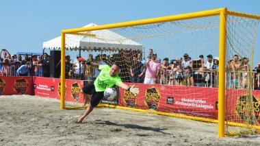 El arquero David Ospina jugó un 'picaíto' en la playa y compartió con los samarios.