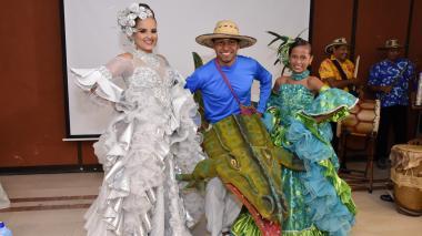 La reina Nicole Díaz, la reina infantil Luisa Urieles y el Hombre Caimán.