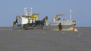 La draga 'De Bougainville' removiendo sedimento del canal de acceso al Puerto de Barranquilla, en aguas del río Magdalena.