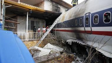 Se estrella avión de carga en Teherán: 15 muertos