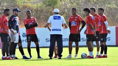 El técnico Luis Fernando Suárez con el onceno titular que alineará frente al Deportes Tolima.