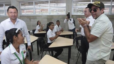 El alcalde Char junto a un grupo de estudiantes en la nueva sede del Sena.