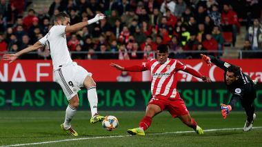 El francés Benzema anotando uno de sus dos goles.
