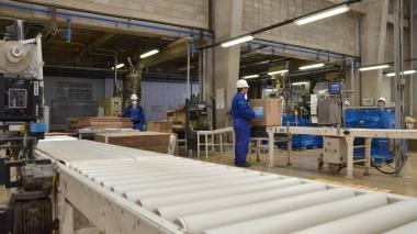 Trabajadores en empresa del sector industrial en Barranquilla.