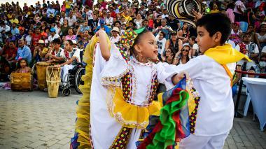 Una pareja de Cumbiamberitos de Buenos Aires deleitan al público asistente.