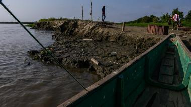 En una semana el río Magdalena, a la altura de Suan, descendió 58 centímetros. En la imagen se aprecia el terreno que quedó al descubierto tras el descenso.