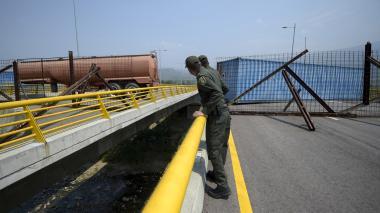 Militares venezolanos bloquean puente en frontera para impedir ingreso de ayuda humanitaria