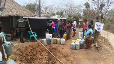 Habitantes de San Antero hacen fila ante un tanque a la espera de agua.