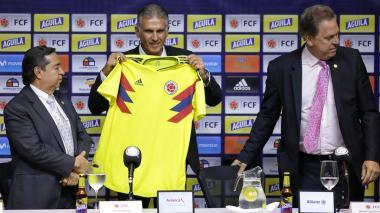 Queiroz posa con la camisa de la Selección, junto a Jesurun y Álvaro González.