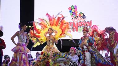 Los Reyes del Carnaval de los Niños, Isabella Chacón y César De la Hoz, durante la lectura de su bando.
