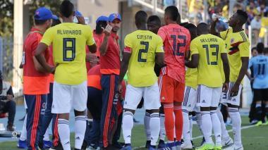 Arturo Reyes dando indicaciones a sus dirigidos.