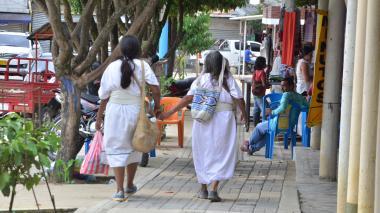 Dos arhuacos caminan por las calles de Pueblo Bello.