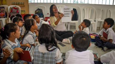 La profesora Liliana Mercado realiza con los estudiantes un ejercicio para hacer uso de componedores.