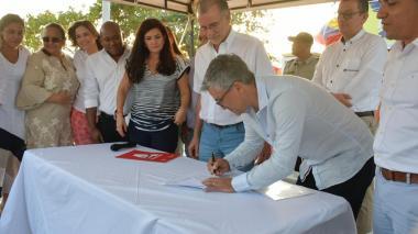 El viceministro de Turismo firma el acta de inicio de las obras del muelle de Puerto Colombia. A su lado el gobernador Eduardo Verano.